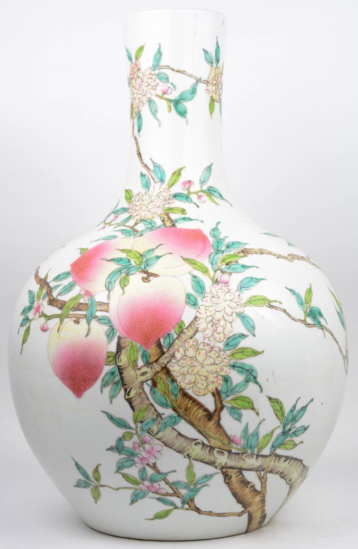 Een Chinees porseleinen buikvaas met een meerkleurig decor van perziken.