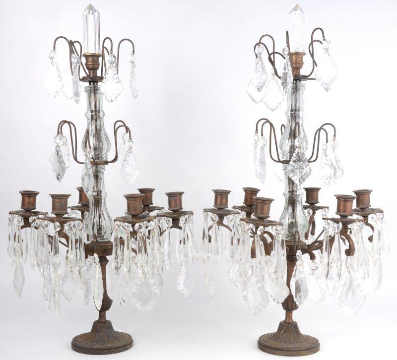 Een paar bronzen girandoles met kristallen pendeloques.