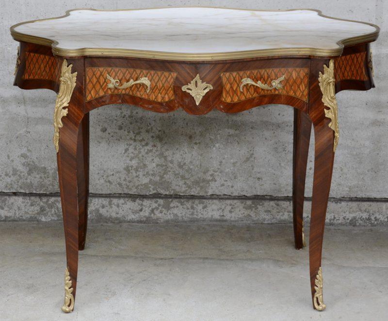 Een gefineerde en ingelegde violontafel in Lodewijk XV-stijl met een marmeren blad