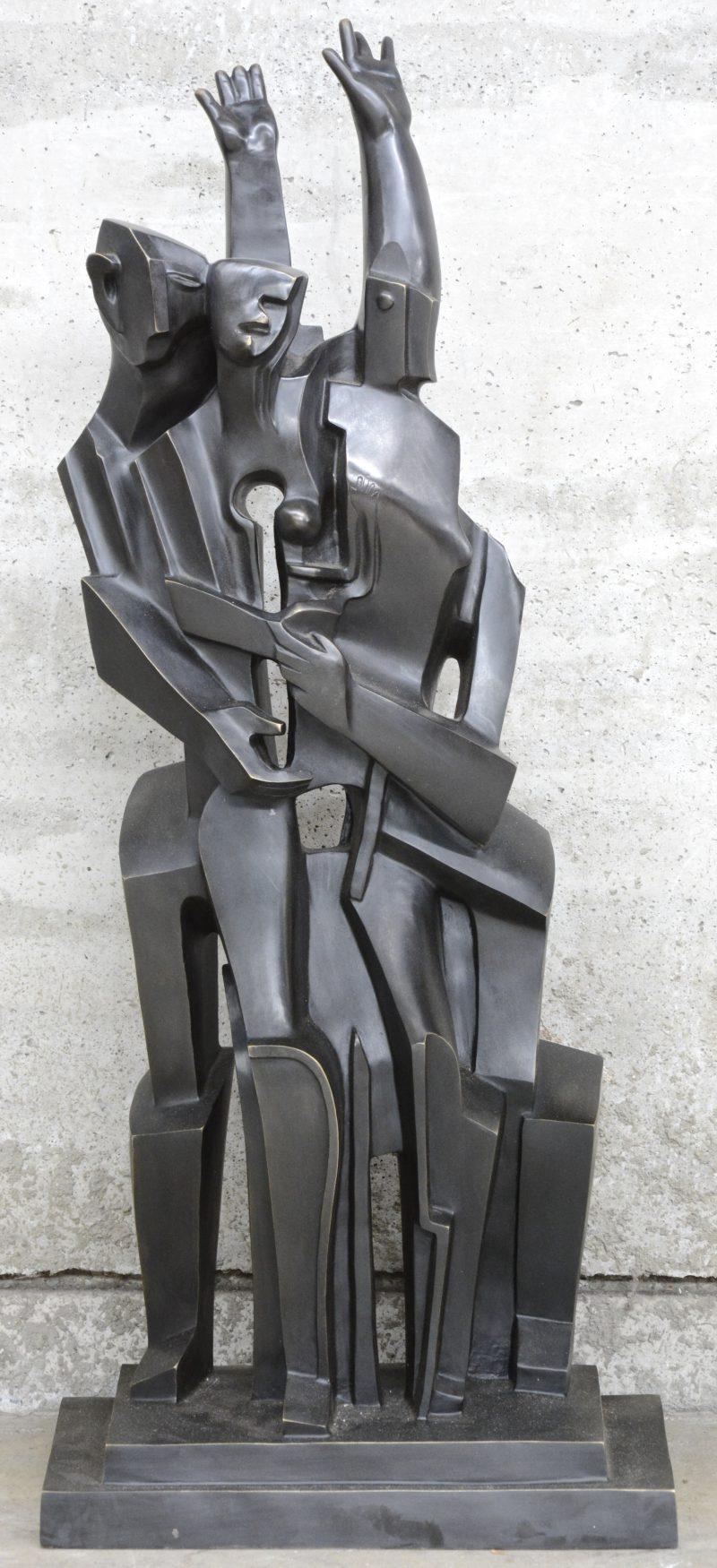 Een groot kubistisch beeld van brons naar een werk van Zadkine.