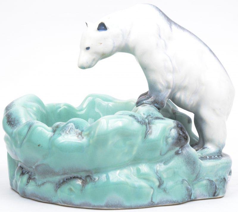 een art deco vide-poche van meerkleurig aardewerk, getooid met een ijsbeer.