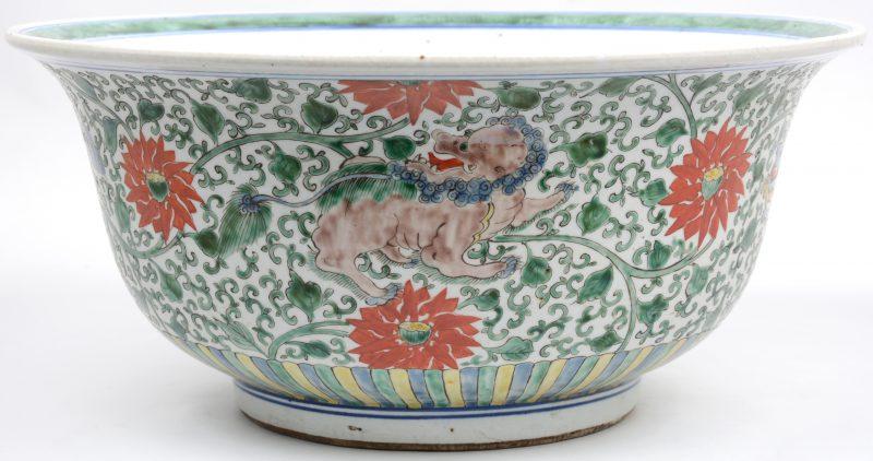 Een kom van Chinees porselein met een Fohond in het decor.