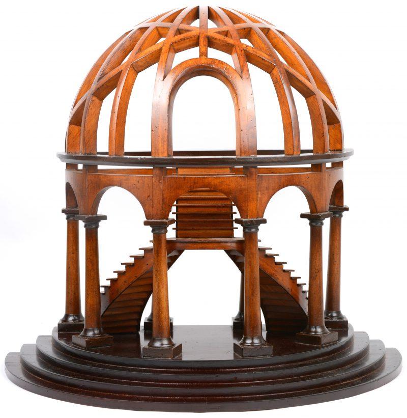 Een mahoniehouten replica van een meesterstuk in de vorm van een trappenhuis onder een koepel.