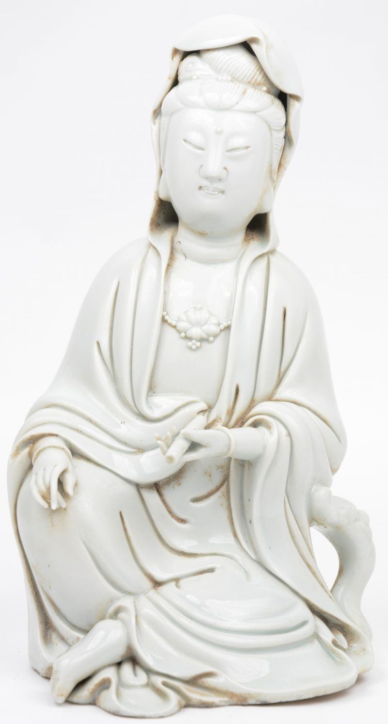 Een Guanyin van monochroom wit porselein in de stijl van het Blanc-de-Chine.