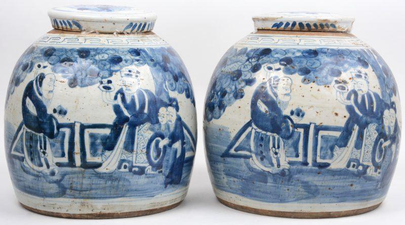 Een paar gemberpotten van Chinees porselein met personages in het decor.