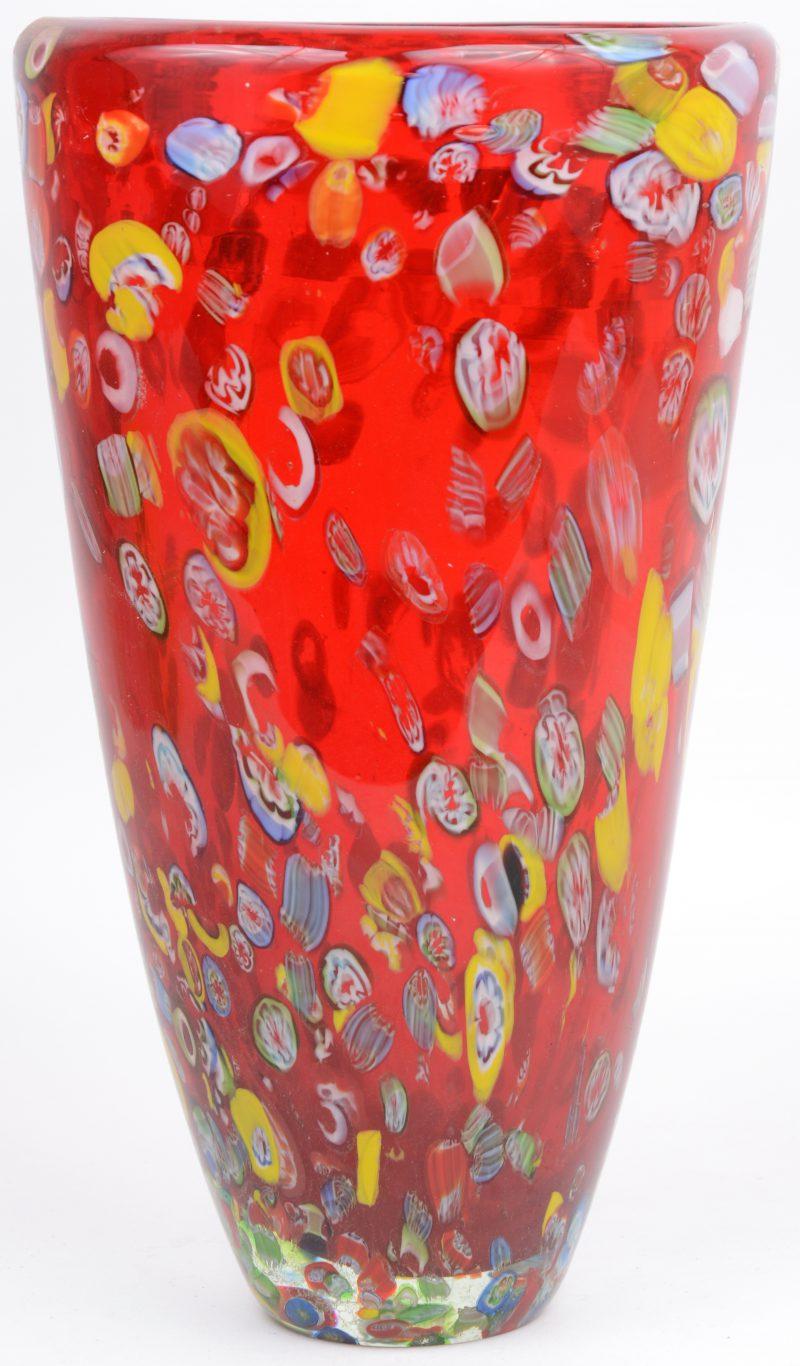Een vaas van meerkleurig Italiaans glas met een millefleurdecor.