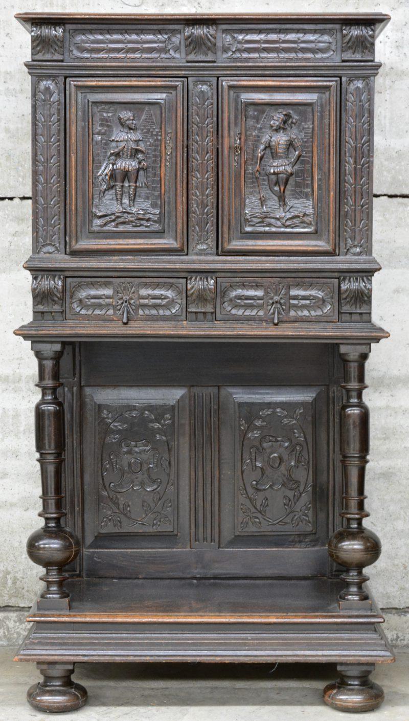 Een Vlaamse tweedeurscredenza van gebeeldhouwd eikenhout naar XVIIe eeuws voorbeeld. XIXe eeuw.