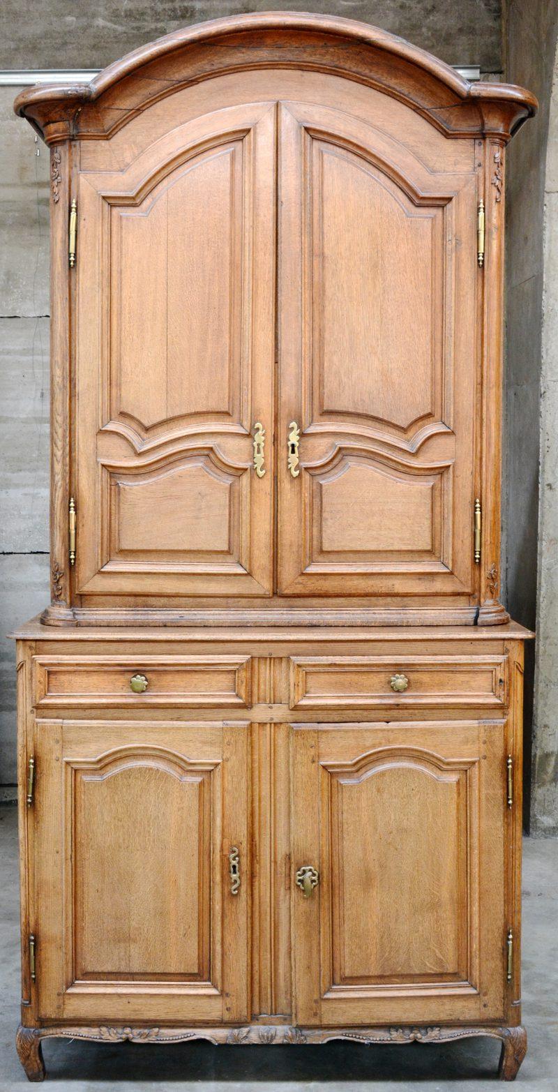 Een eikenhouten buffetkast met twee deuren onder twee laden onderaan en twee deuren in het opzet. XIXe eeuw.