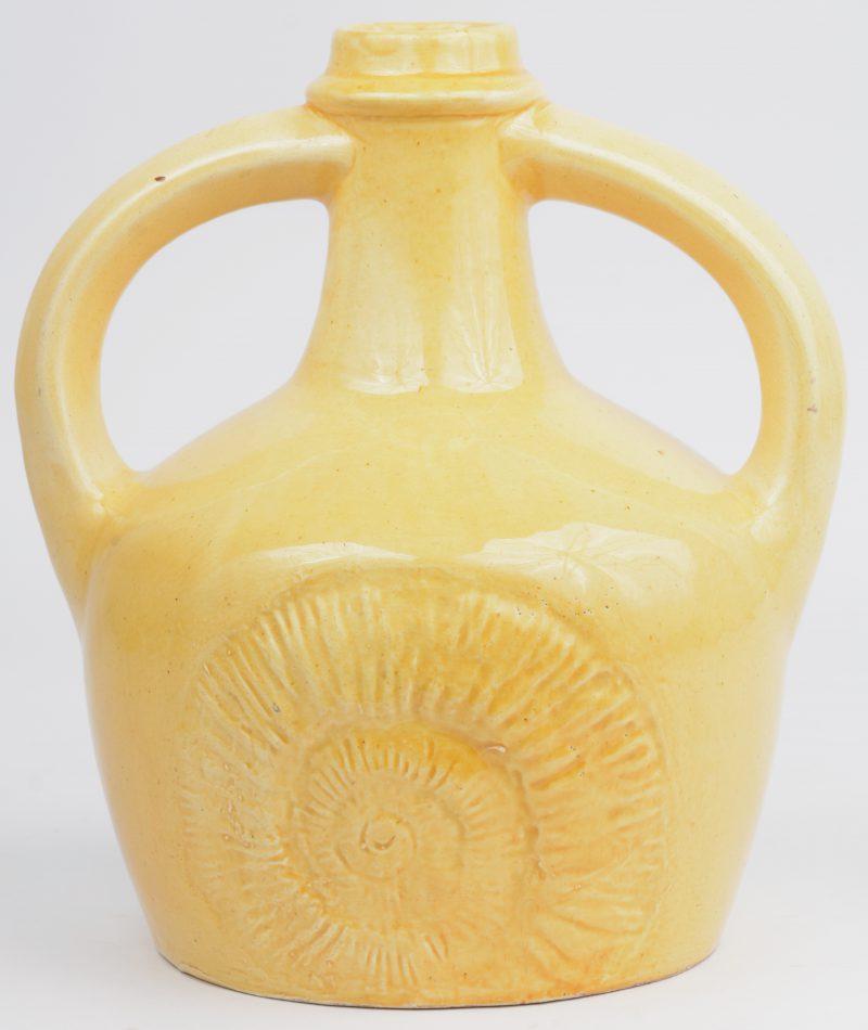 Een geel porseleinen 'Amstelhoek' kruikje.