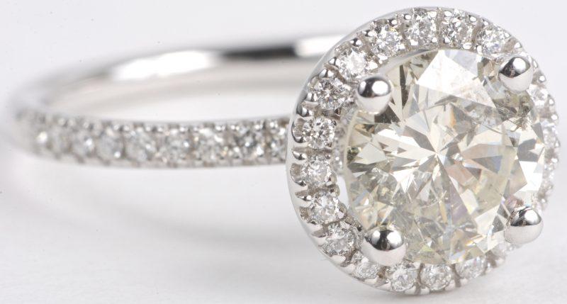 Een 18 karaats wit gouden ring bezet met diamanten met een gezamenlijk gewicht van ± 0,36 ct. en een centrale solitair van ± 1,88 ct. K p2.