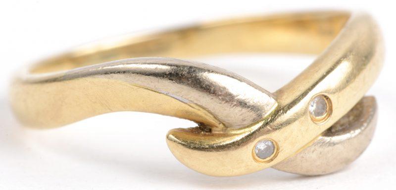 Een 18 karaats wit en geel gouden ring bezet met twee kleine diamantjes.