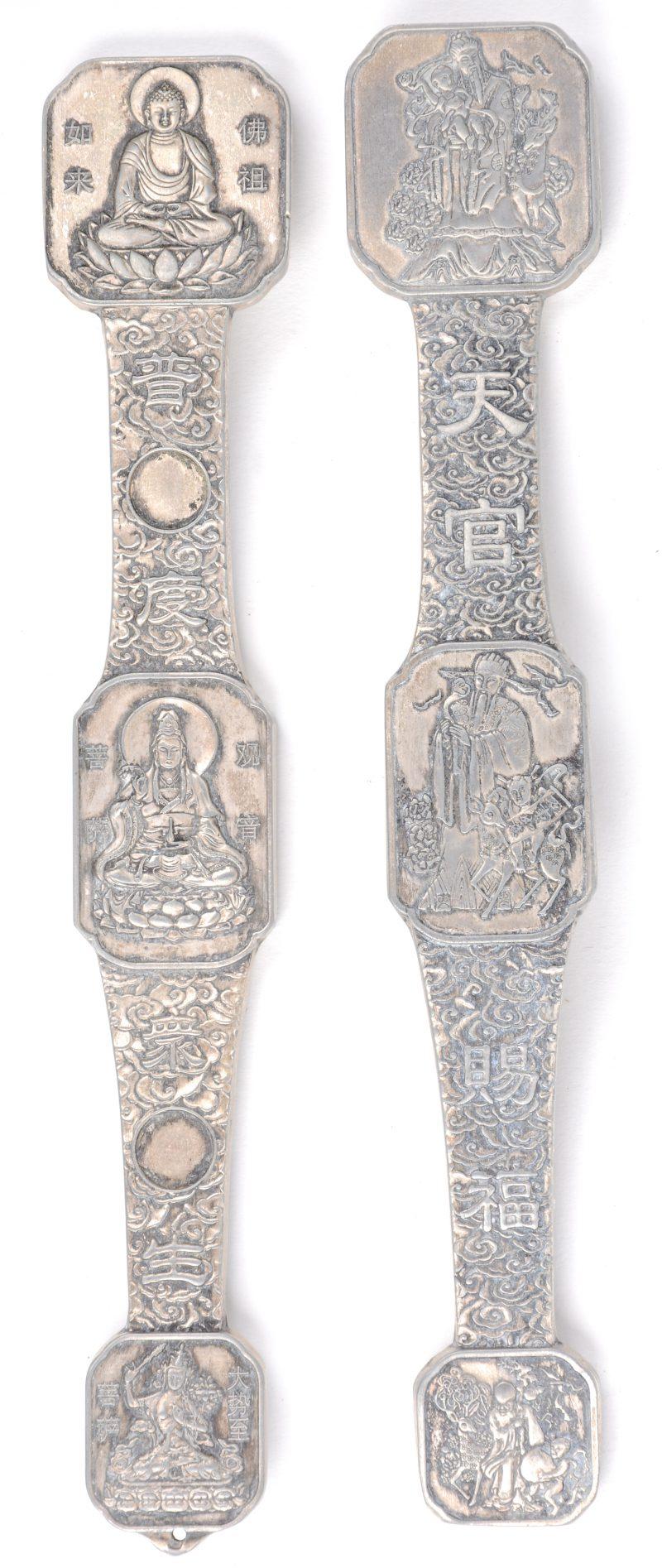 Een paar witmetalen Ruyi's.