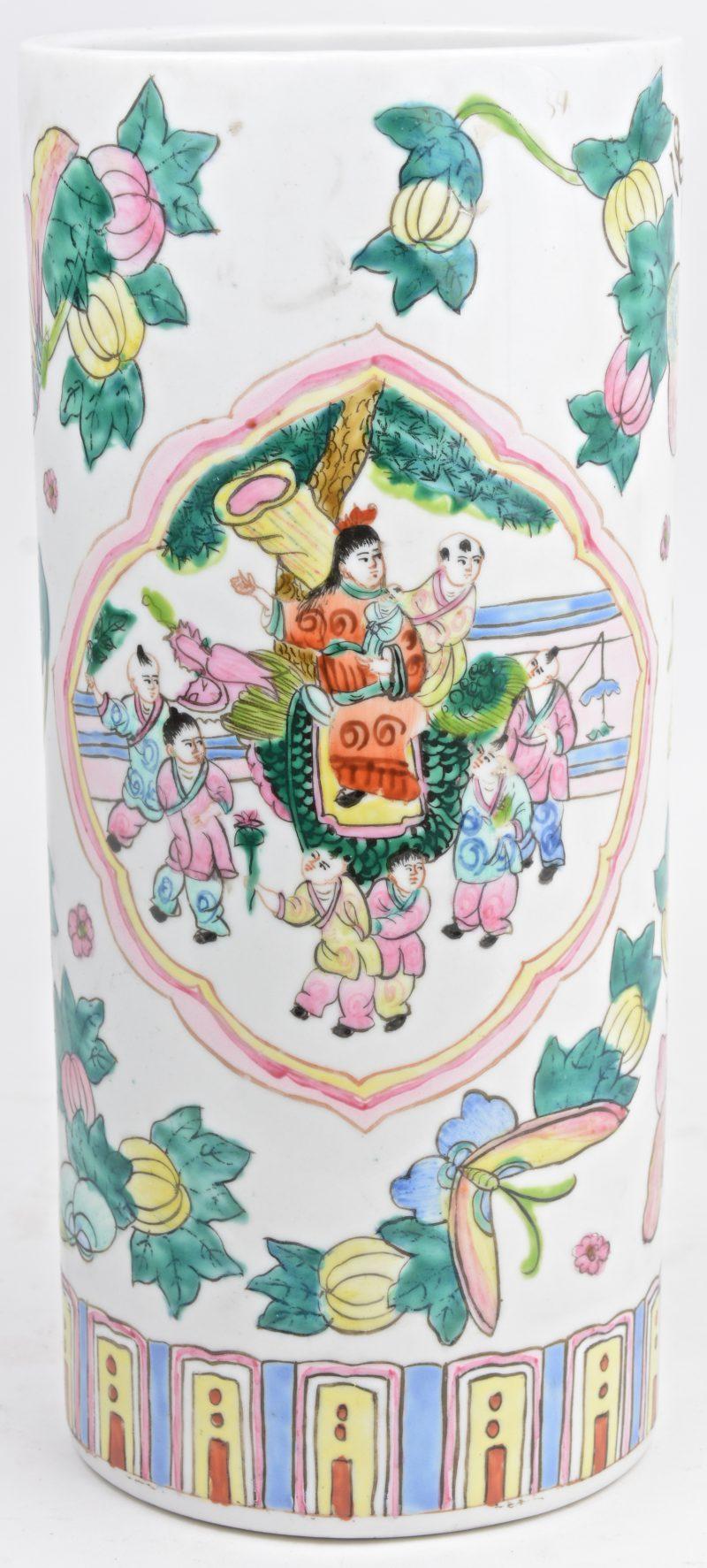 Een penseelkoker van Chinees porselein met een meerkleurig decor van personages in cartouches, omgeven door vlinders en bloemen.