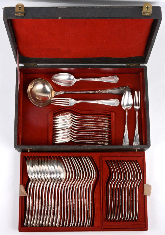 Een 49-delig zilveren bestek voor twaalf personen in ménagère. Frankrijk, 950‰.