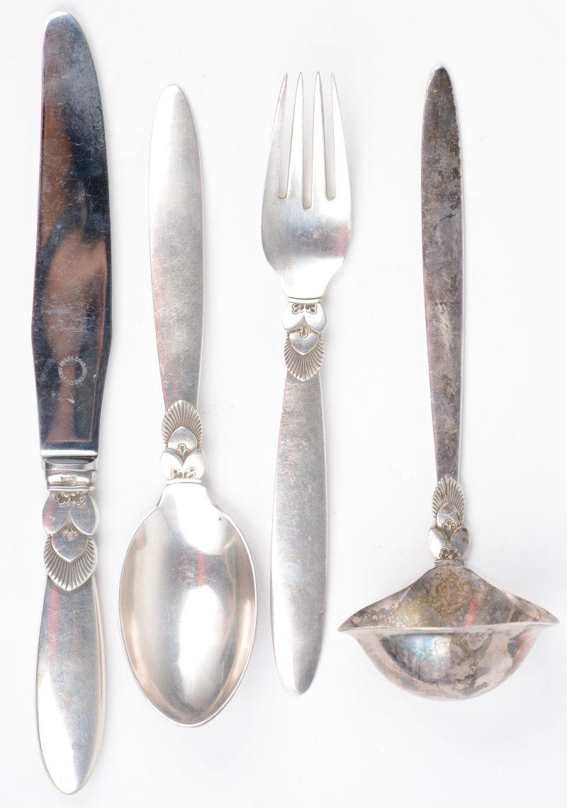Een lepel, een vork, een mes en een sauslepel van sterling zilver. Model 'Cactus'. Jaren '30.