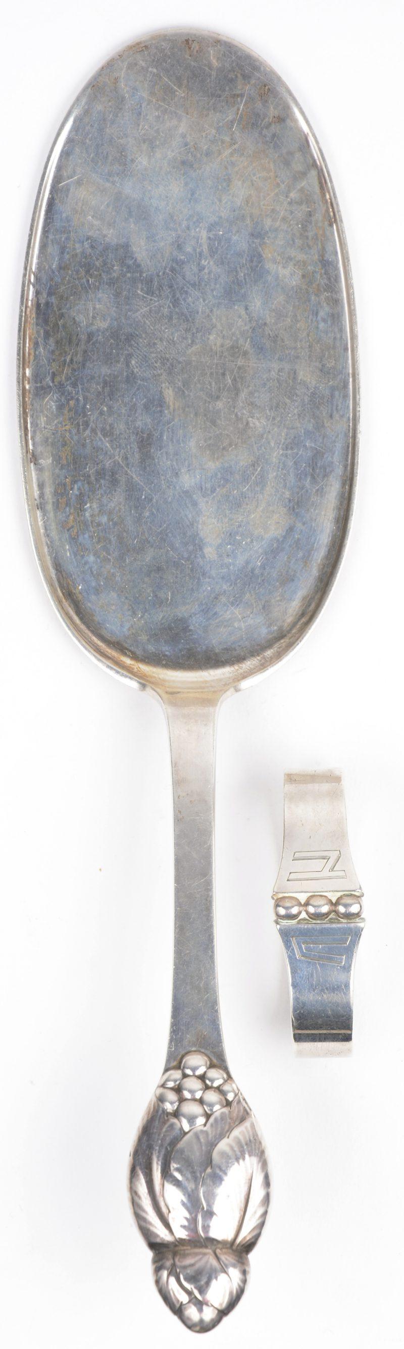 Een zilveren servetring en taartschep 830‰. Denemarken 1879-1958.