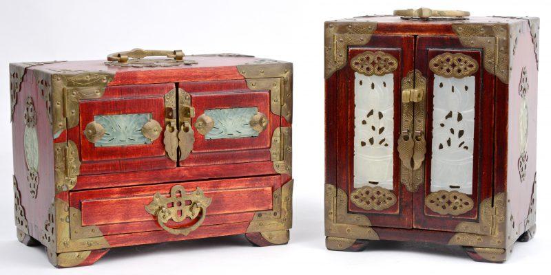 Twee houten Chinese juwelenkistjes, versierd met messingen beslag en jade plaquettes.