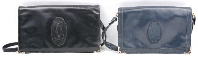 Een zwart lederen handtas. We voegen er een paars lederen tasje aan toe.