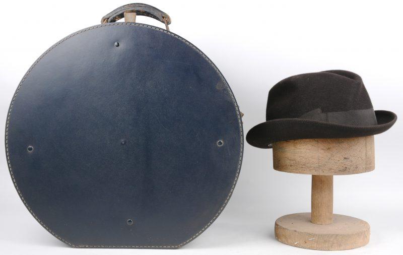 Een lot, bestaande uit een oude hoedendoos, een hoed van Borsalino en een houten hoedenvorm.