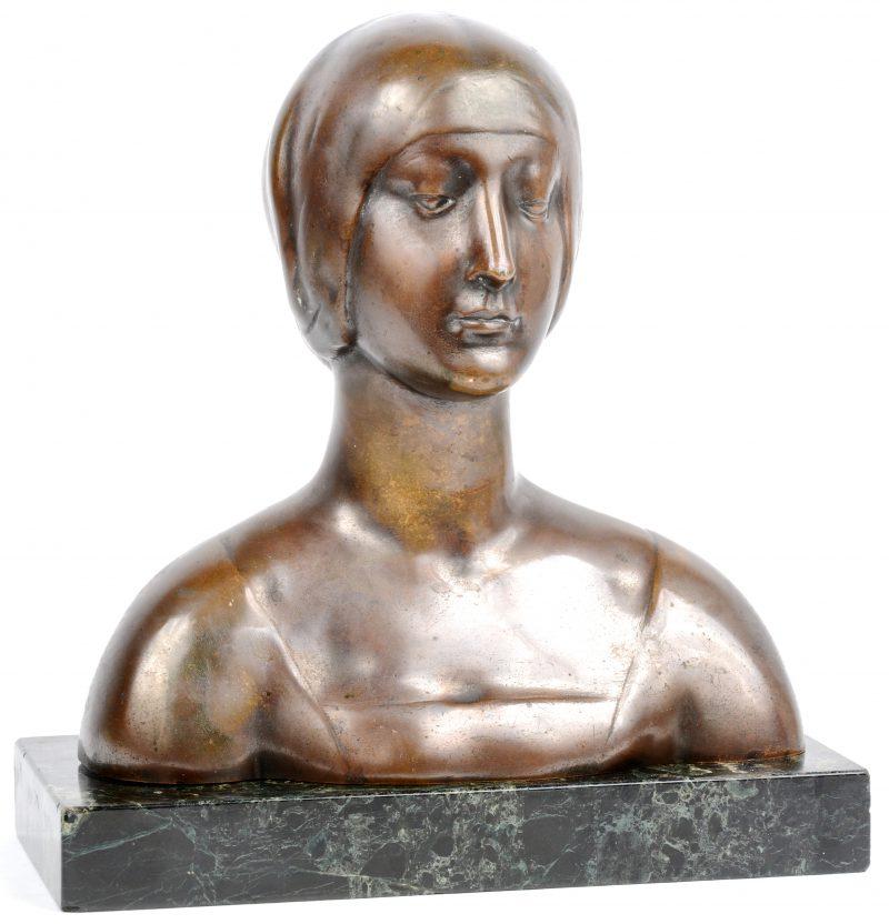 Een bronzen vrouwenbuste op losse sokkel van groen marmer.