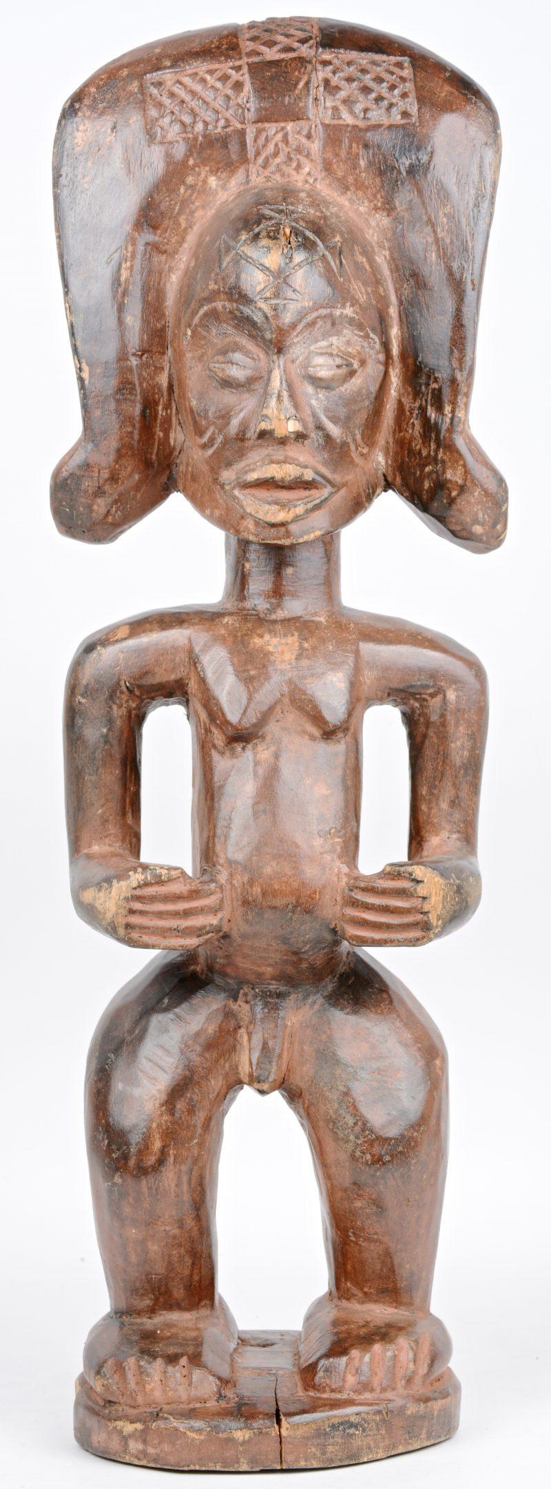 Een Afrikaans houten beeld. Yao Chokwe, D.R. Congo