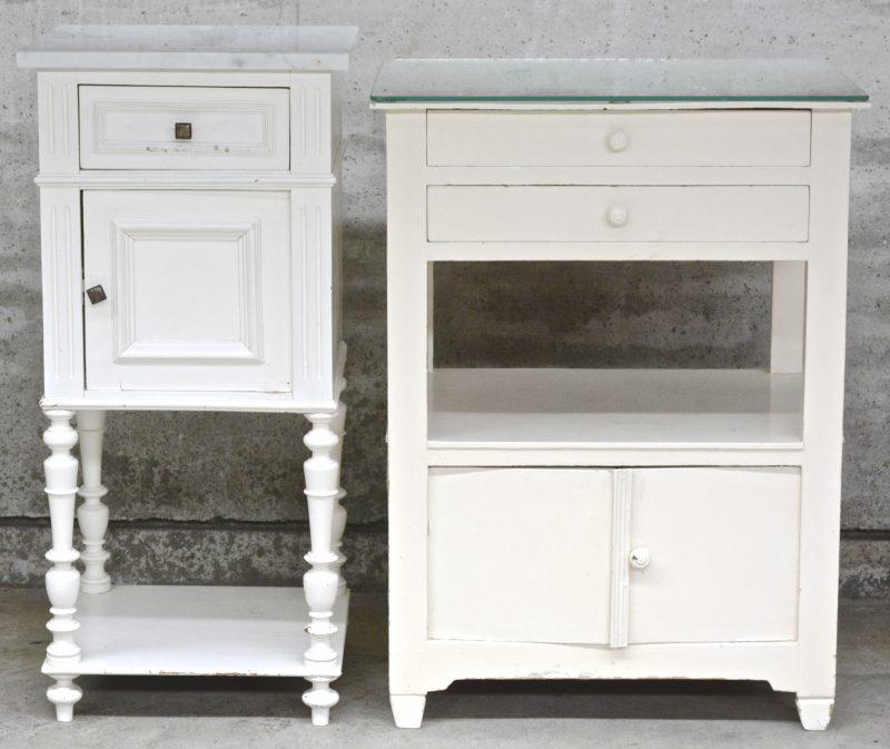Een bijzetkastje met twee laden en twee deurtjes en een nachtkastje met marmeren blad, beide van witgepatineerd hout.