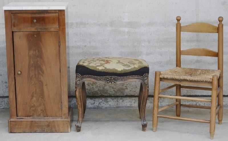 Een lot meubeltjes, bestaande uit een mahoniehouten nachtkastje met marmeren blad, een stoeltje met rieten zit en een voetbankje, bekleed met naaldwerk.