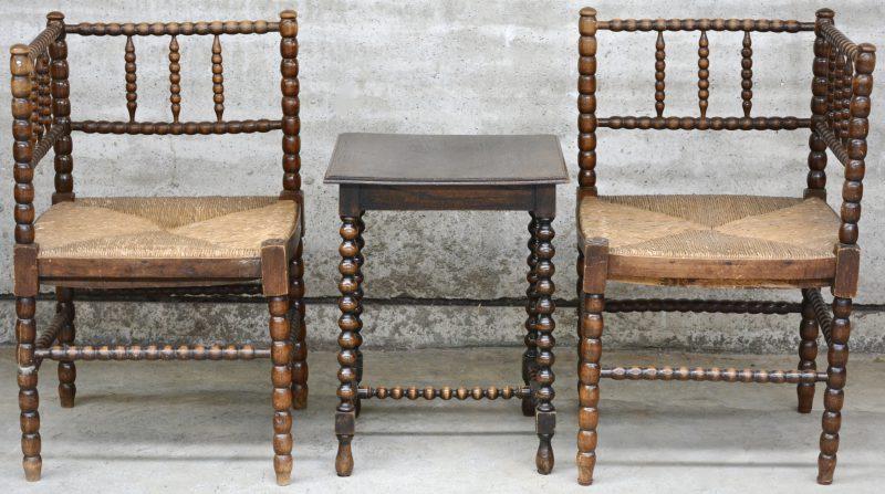 Twee hoekstoeltjes met gedraaide stijlen en rieten zit en met bijpassend tafeltje.