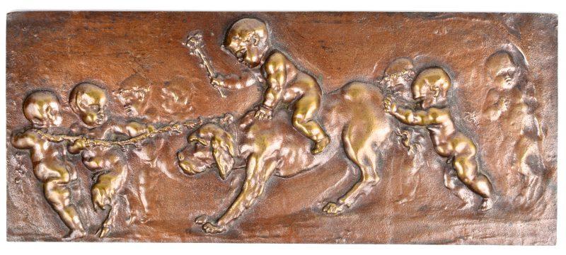 Een bas-reliëf met een voorstelling van putti en een hond.