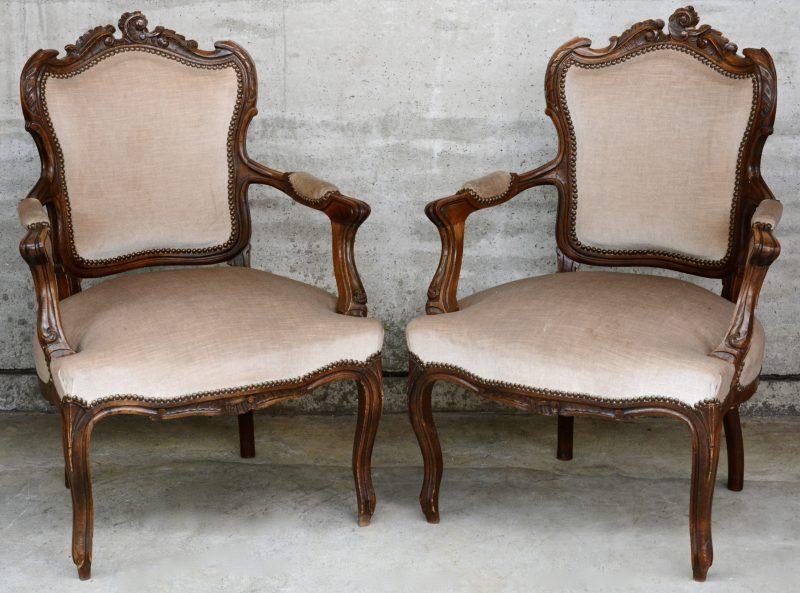 Paar fauteuils van gebeeldhouwd notenhout in Lodewijk XV-stijl.