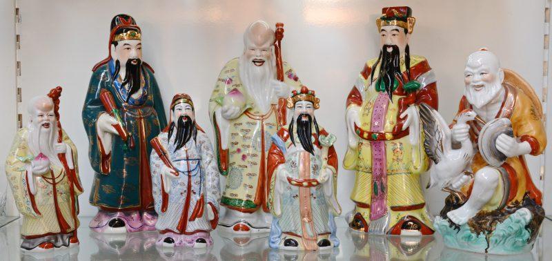 Zeven diverse beeldjes van Chinees porselein.