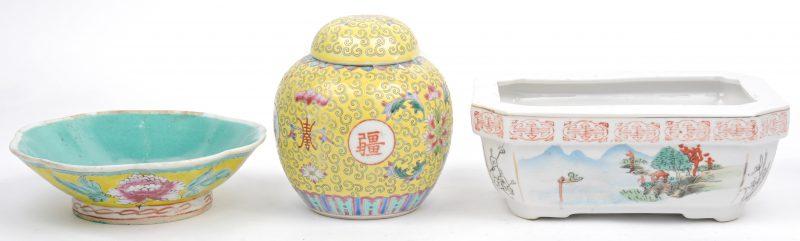 Een kleine gemberpot en twee schaaltjes van Chinees porselein.