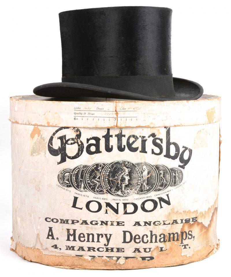 Een hoge hoed met mollenvacht. In oorspronkelijke doos. Antwerpen;