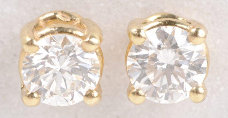 Een paar 18 karaats geel gouden oorbellen bezet met diamanten met een gezamenlijk gewicht van ± 0,36 ct.