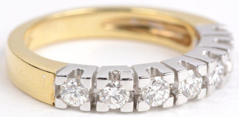 Een 18 karaats wit en geel gouden ring bezet met diamanten met een gezamenlijk gewicht van ± 0,63 ct.
