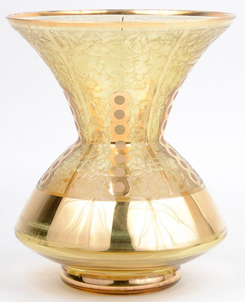 Een vaas van Booms glas, versierd met gouden motieven.