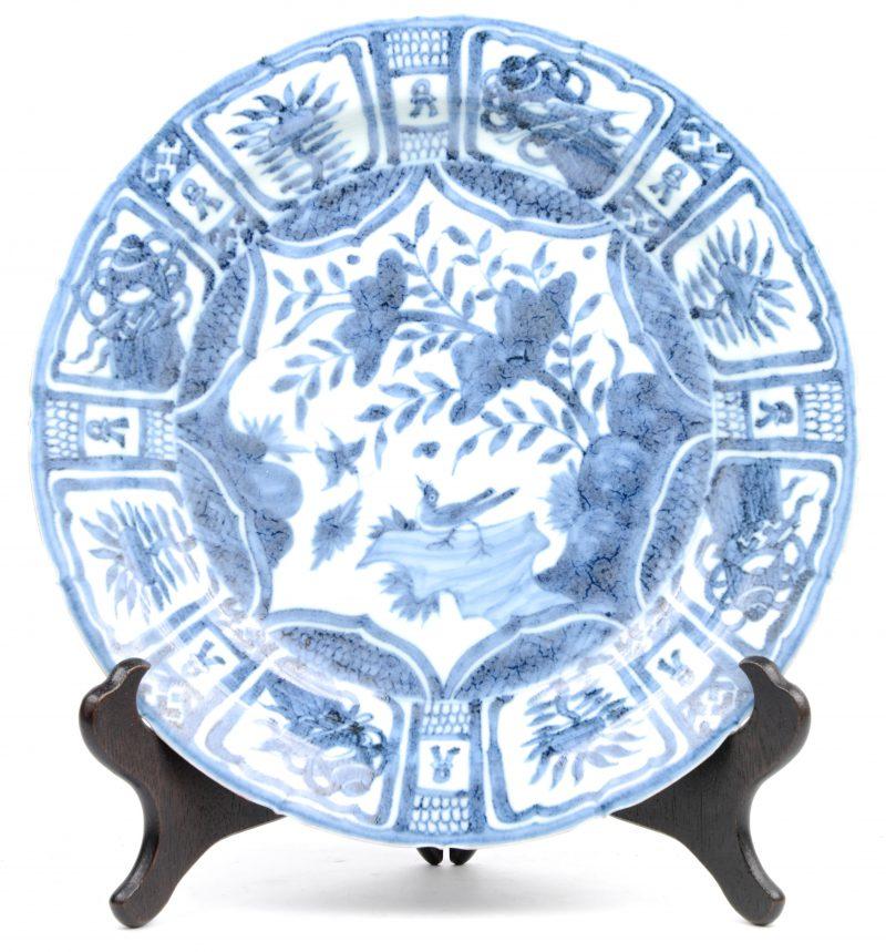 Een diepe schotel van Chinees porselein in Wan-Li stijl.