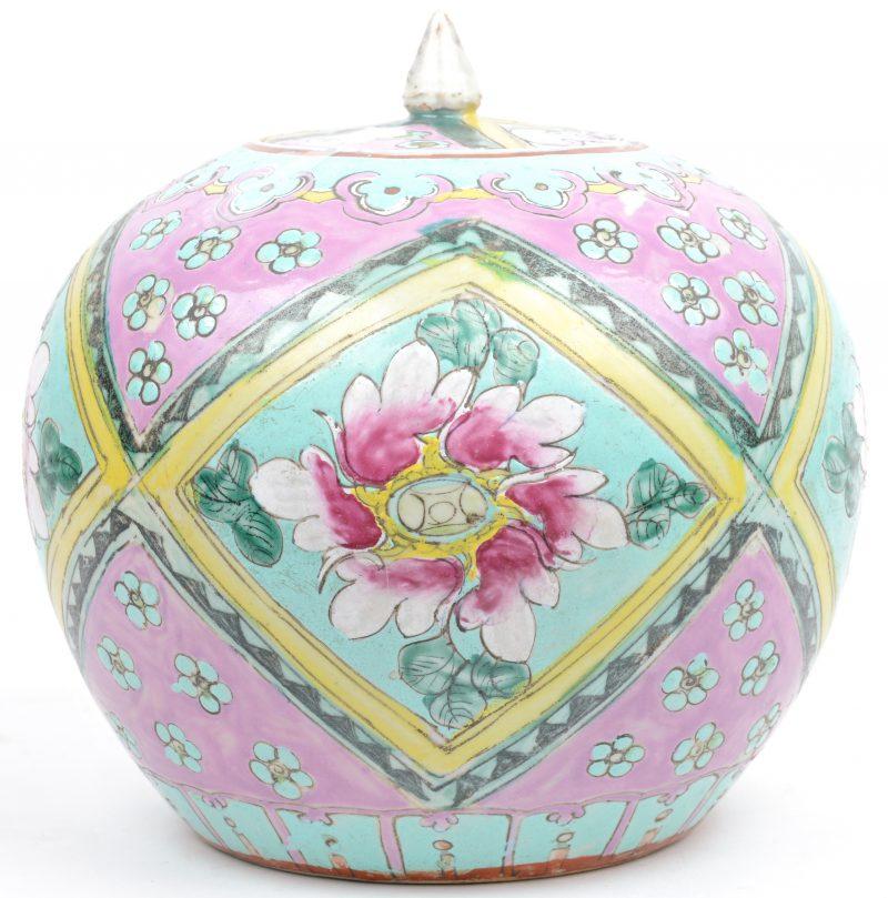 Een gemeberpot van Chinees porselein met een blauw op wit bloemendecor en met een houten deksel.