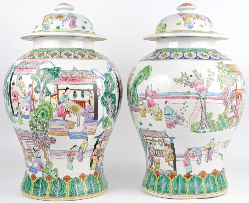 Een paar dekselvazen van Chinees porselein met meerkleurige decors van personages. Onderaan gemerkt.