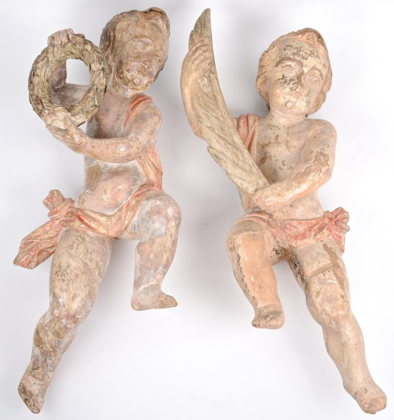 Paar barokke engelen van gebeeldhouwd en deels gepolychromeerd hout. Omstreeks 1700.