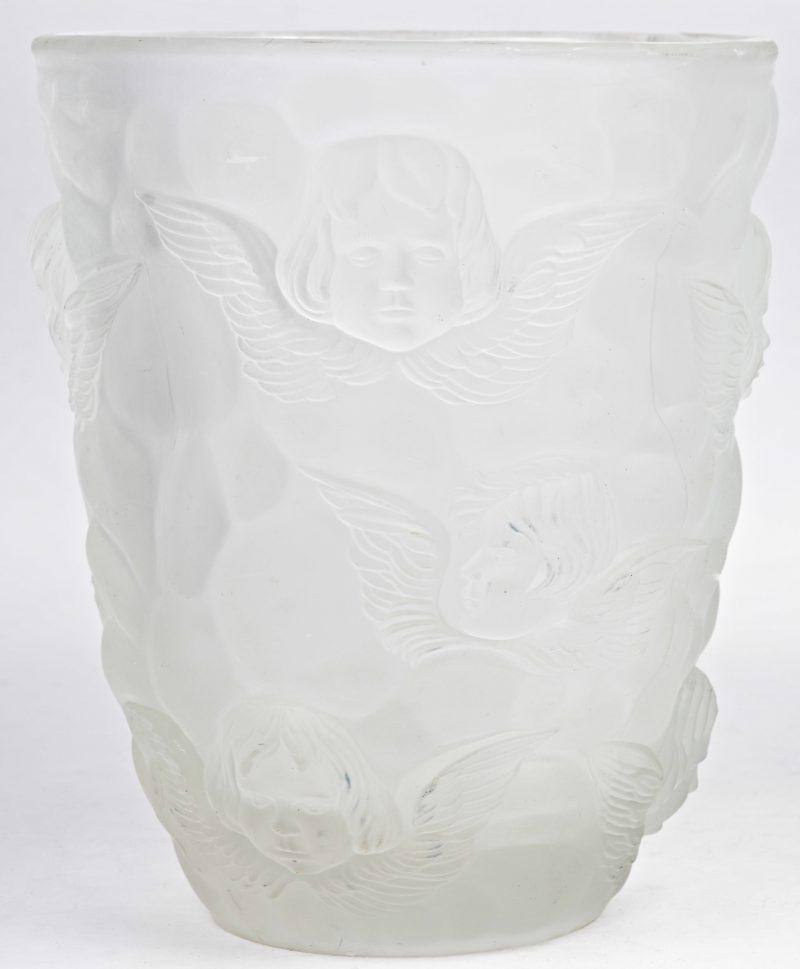 Een vaas van gesatineerd glas met een reliëfdecor van engelen.