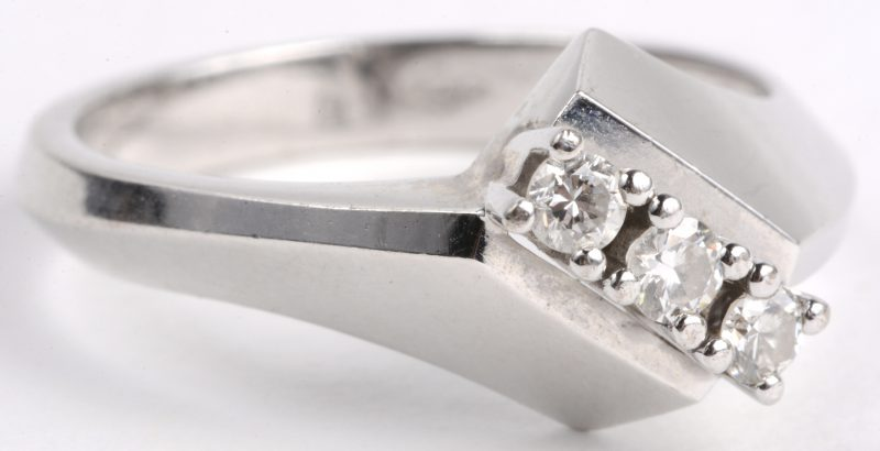 Een 18 karaats wit gouden ring bezet met diamanten met een gezamenlijk gewicht van ± 0,30 ct.