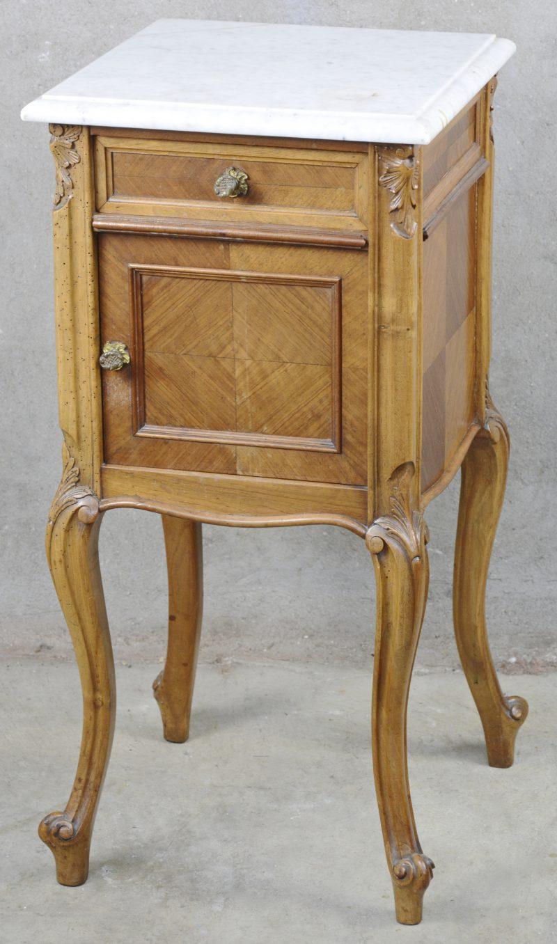 Een nachtkastje van mahonie met wit marmeren blad. Tijdperk Louis-Philippe.