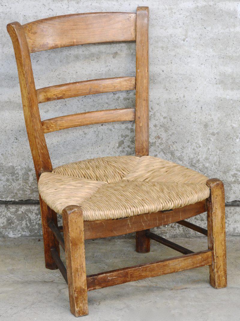 Rustiek kinderstoeltje met rieten zit. XIXde eeuw. Hersteld.