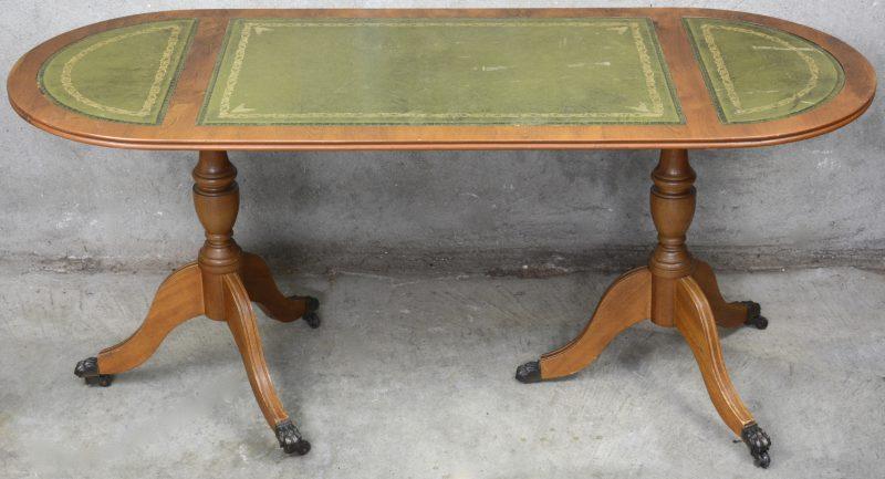 Een lange Engelse salontafel op wieltjes met gevacheteerd blad.