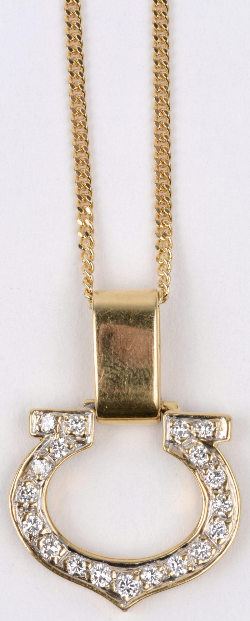 Een 18 karaats geel gouden ketting met hanger bezet met briljanten met een gezamenlijk gewicht van ± 0,40 ct.