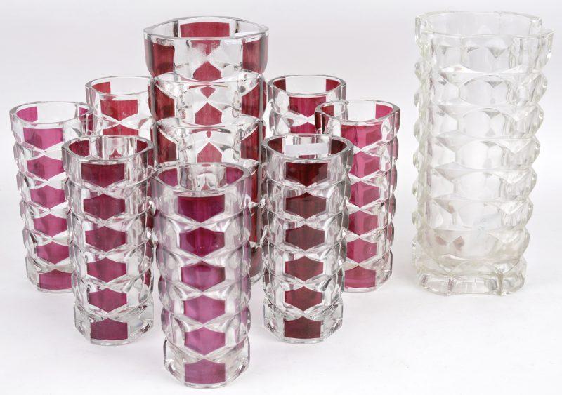 Acht kristallen vazen met mauve motieven. Bijgevoegd een kleurloos exemplaar.