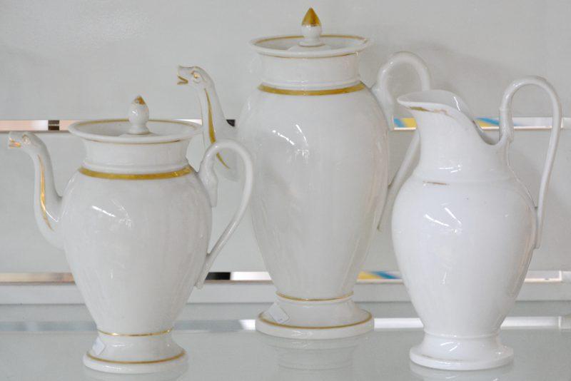 Een theepot, koffiekan en schenkkan van monochroom wit en verguld porselein. Tijdperk Louis-Philippe.