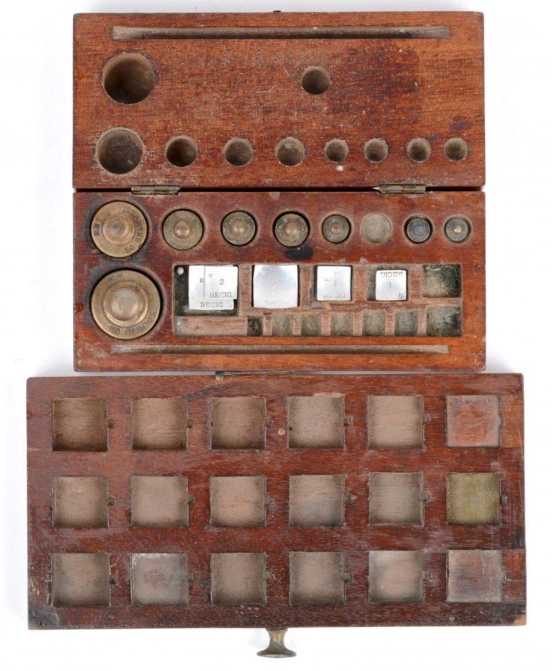 Een antiek gewichtenset in houten kistje. Enkelme manco's.