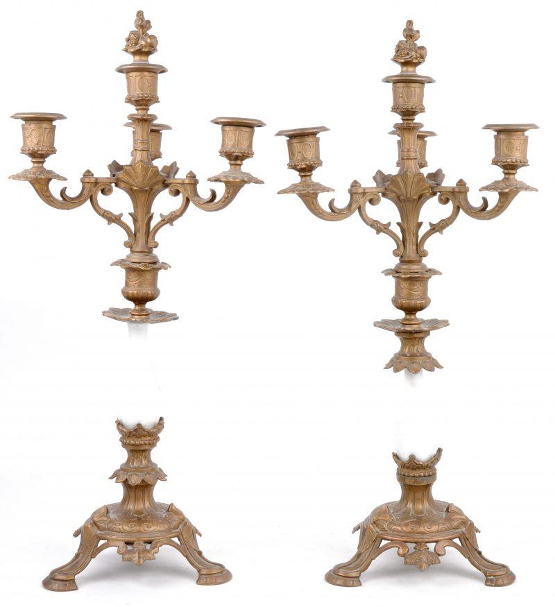 Een paar kandelaars van koper en porselein in eclectische stijl. Draadstang te vervangen. XIXe eeuw.